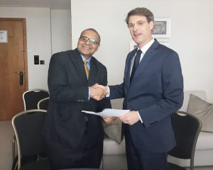Andrew Alli, CEO of AFC, (left) and Jan Martin Witte, Head of Division for Infrastructure at KfW, at the agreement-signing ceremony in London │ © AFC