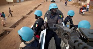 Senegalese police officers serving with the UN Multidimensional Integrated Stabilization Mission in Mali (MINUSMA), patrol the streets of the city of Gao, in Mali │© UN Photo/Marco Dormino