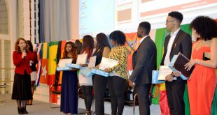 Ms Aydan Özoguz, Federal Minister of State for Migrants, Refugees and Integration, (far right) congratulates AYE Awards recipients at last year's event / © TopAfric Radio