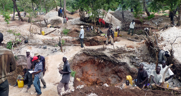 Artisanal miners at work in northern Nigeria. Nigeria is looking for big investors to mechanise mining on a big scale / © DTN